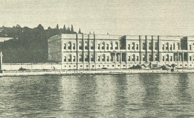 Beşiktaş ve Ortaköy arasında bir sahil sarayı olan Çırağan Sarayı tüm eklentileriyle birlikte Sultan Abdülaziz tarafından ele alınmış ve 1871'de Mimar Serkis Balyan'a tamamlatılmıştı.