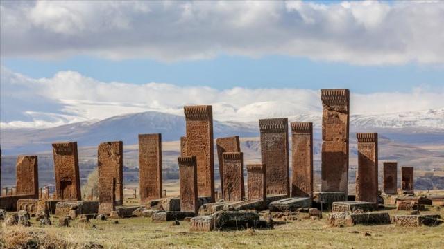 Urartulardan Osmanlı'ya birçok medeniyetin izlerini taşıyan, kültür turizmi açısından önemli bir destinasyon olan Bitlis'in Ahlat ilçesindeki dünyanın en büyük Türk İslam mezarlığı Selçuklu Meydan Mezarlığı, çevre düzenlemesi ve yeşillendirme çalışmalarıyla ziyaretçilerini ağırlayacak.