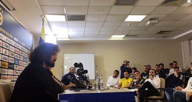 Fenerbahçe'de basın önünde imza töreni düzenlenmeyen 5 yeni transfer için alternatif imza töreni düzenlendi.  Ancak bu tören, daha önce görülmemiş bir imza töreni oldu. Fenerbahçe Kulübü, imza törenini kendi arasında düzenlendi, kulübün Youtube kanalından yayınlandı.