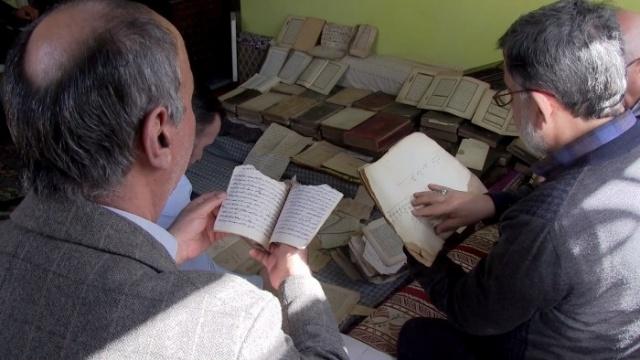 Konya'da bir aile, 1800'lü yıllarda yaşayan dedeleri Hocazade Mehmet Efendi'den kalan sandıktaki, bazıları 400 yıllık kitap ve belgeleri Bölge Yazma Eserler Kütüphanesine bağışladı.