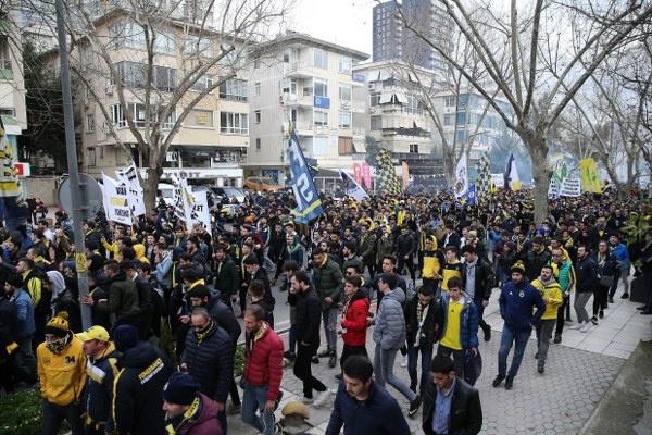 Fenerbahçeli taraftarlar, Bağdat Caddesi'ndeki Göztepe Parkı'ndan başlayarak Ülker Stadı'na kadar yaptıkları yürüyüşle, hakem kararlarıyla ilgili Türkiye Futbol Federasyonu (TFF) ve kurumlarını protesto etti.