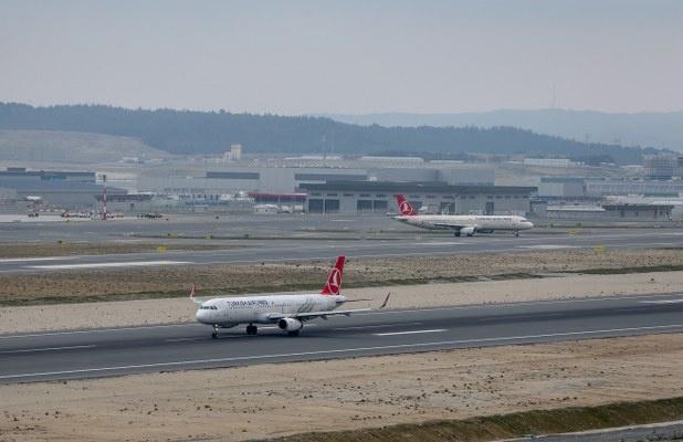 """""""Büyük Göç"""" olarak adlandırılan tarihi taşınmanın sonuna gelinirken, İstanbul Havalimanı'nda yurt dışı ve yurt içi uçuşlar başladı.   """"EKİBİMİZ BU TAŞINMAYA 9 AYDIR ÇALIŞIYORDU""""  Uçakların çoğunun İstanbul Havalimanı'na nakledildiğini söyleyen Ekşi, """"Bugün ilk seferimizi Ankara'ya yapacağız. Bundan sonra normal operasyona geçeceğiz. Şu ana kadar her şey beklediğimizin de üzerinde çok güzel neticelendi. Ekibimiz bu taşınmaya 9 aydır çalışıyordu. Bu çalışmanın karşılığını da çok başarılı bir şekilde aldılar. Burada yolcularımızla tek tek sohbet etme imkânımız oldu."""