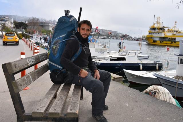 İtalya'nın Napoli kentinden yaklaşık 6 ay önce yola çıkan ve yürüyerek Çin'e ulaşmayı hedefleyen Daniele Ventola, Sinop'ta mola verdi.   Daniele Ventola, AA muhabirine yaptığı açıklamada, günde yaklaşık 30 kilometre yol katettiğini,  mola verdiği yerlerde çadır kurduğunu, olumsuz hava koşulları olması halinde ise otel ve pansiyon gibi yerlerde konakladığını söyledi.