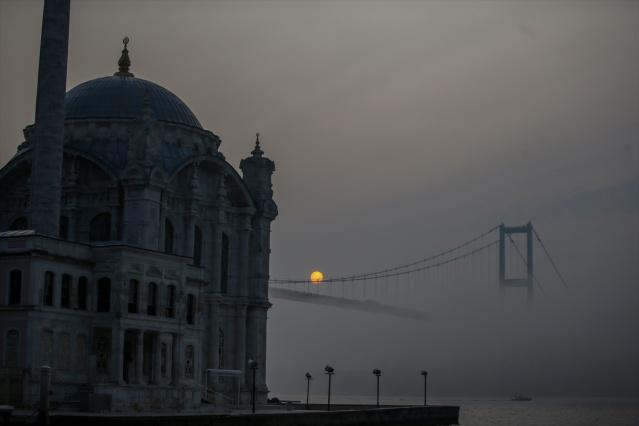 İstanbul'da sabah saatlerinde oluşan sis, İstanbul Boğazı'nda etkili oldu. Sis nedeniyle Boğaz'da güzel manzaralar oluştu.