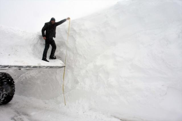 Van, Bitlis, Muş ve Hakkari'de kar ve tipi nedeniyle 729 yerleşim biriminin yolu kapandı.