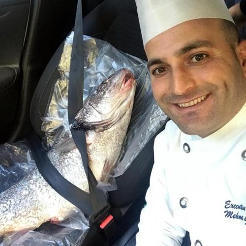 Ankara'da 16 yaşından beri aşçılık yapan Mehmet Gezen (32), sahibi olduğu restoranda büyük tüm balıktan 'balık döner' yapmaya başladı.