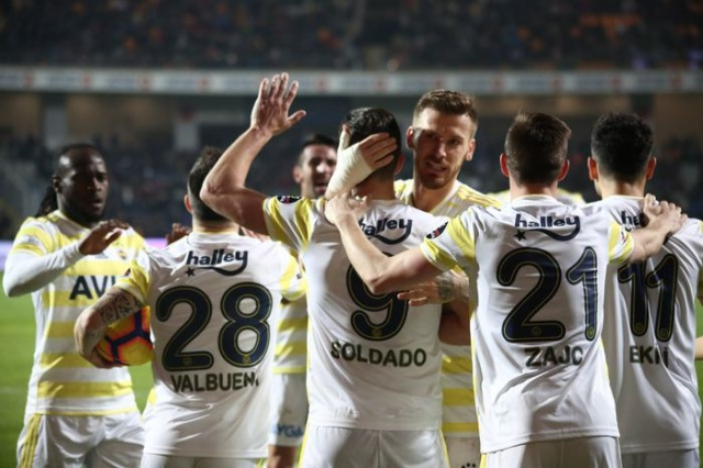 Tarihinin en kötü performanslarından birine imza atan Fenerbahçe, bir yandan alt sıralardan kurtulmaya çalışırken diğer yandan da yeni sezon için kadro çalışmalarına başladı.