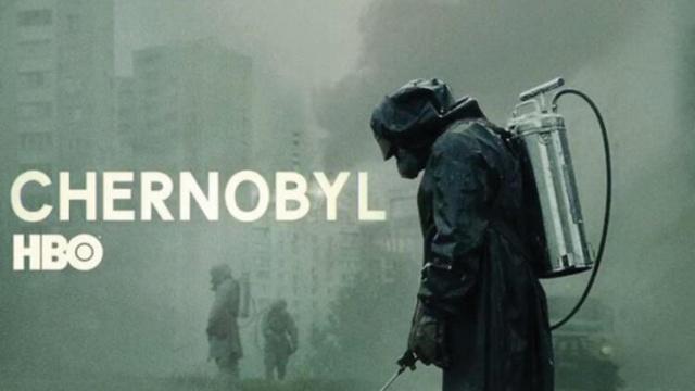 """HBO/Sky televizyonlarının ortak yapımı olan 5 bölümlük Çernobil dizisi, IMDB'de en çok puan alan seri konumuna yerleşti.  Rus ve Ukraynalılar diziyi internet üzerinden takip etti ve Rusça yayın yapan film eleştiri sitesi Kinopoisk de seriye yüksek puan verdi. Peki dizide yer alan karakterler ve olaylar, gerçekte yaşananlarla birebir aynı mıydı?  Örneğin, dizide felaketin sorumlularından biri olan gösterilen Anatoly Dyatlov ile ilgili farklı gerçekler dile getiriliyor.  Dizide yer alan birçok ana karakterle birebir çalışmış olan Oleksiy Breus, diziyle ilgili kendi kanısını paylaşıyor.  Ne kadarı gerçek, ne kadarı kurgu?  Oleksiy Breus, felaketin yaşandığı sabah santral alanına getirilmiş olmalarını, """"Reaktör öylesine hasar görmüştü ki, bizim için orada yapılacak hiçbir şey yok gibiydi"""" cümlesiyle anlatıyor.  O sabah tanık oldukları ile dizinin anlatımı arasında parallelikler bulunduğunu ama Çernobil dizisinin kurgu olaylara yer verdiğini de söylüyor:"""