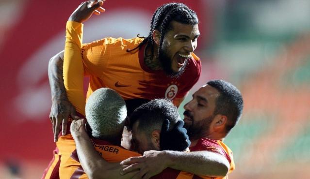 Süper Lig'de son 7 karşılaşmasında galip ayrılan Galatasaray'da gelecek sezonun transfer planlamasına şimdiden başlandı. Sarı-kırmızılılar bu doğrultuda görüşmeler için harekete geçti.