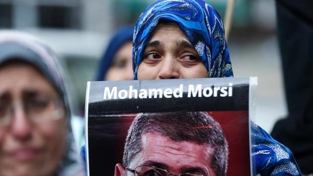 Mısır devlet televizyonu, mahkeme salonunda hayatını kaybeden Mısır'ın seçilmiş ilk Cumhurbaşkanı Muhammed Mursi'nin ölüm nedeninin kalp krizi olduğunu iddia etti. Uluslararası kamuoyu ise, tarafsız soruşturma çağrısı yapıyor.