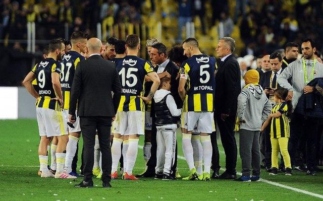 Fenerbahçe-Galatasaray derbisinin sonunda sarı-lacivertlilerin başkanı Ali Koç sahaya inip oyuncularını tebrik etti