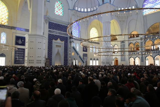 Regaib Kandili'nde ibadete açılan Çamlıca Camii'ne, Berat Kandili'nde de Cuma namazı için ilgi yoğundu.