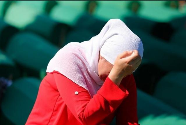 Avrupa'da İkinci Dünya Savaşı'nın ardından yaşanmış en büyük insanlık trajedisi olarak kabul edilen ve en az 8 bin 372 Boşnak sivilin hunharca katledildiği Srebrenitsa soykırımı, aradan 24 yıl geçmesine rağmen hala kanayan bir yara olmaya devam ediyor.