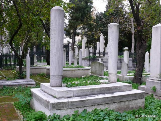 Türkiye'nin en önemli camisinden biri olan Fatih Camii'sinin bahçesinde bulunan haziresinde bugüne kadar 9 kişi defnedildi. Fatih Sultan Mehmed'in türbesinin yanında buluna hazireye en son Türkiye'nin önde gelen hadis, tefsir ve fıkıh alimlerinden Muhammed Emin Saraç Hocaefendi defnedildi.