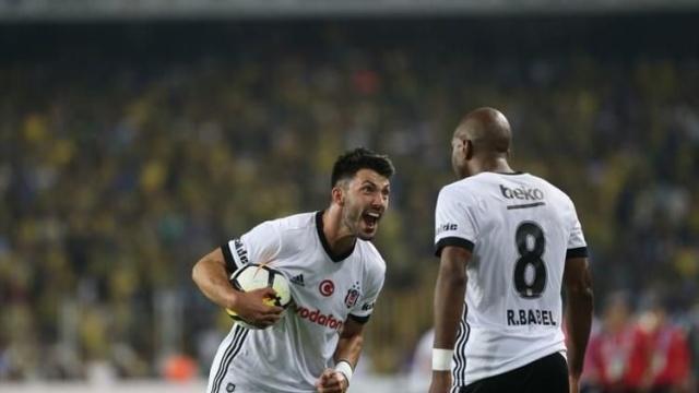 Devre arasında Beşiktaş'tan Fulham'a transfer olan Hollandalı futbolcu Ryan Babel'in adı uzun bir süredir Galatasaray'la birlikte anılıyordu.