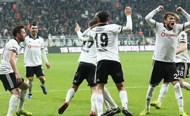 Beşiktaş, lider Başakşehir'i devirerek zirveye yeni heyecan getirirken, Şampiyonlar Ligi iddiasını son 6 haftaya taşıdı.