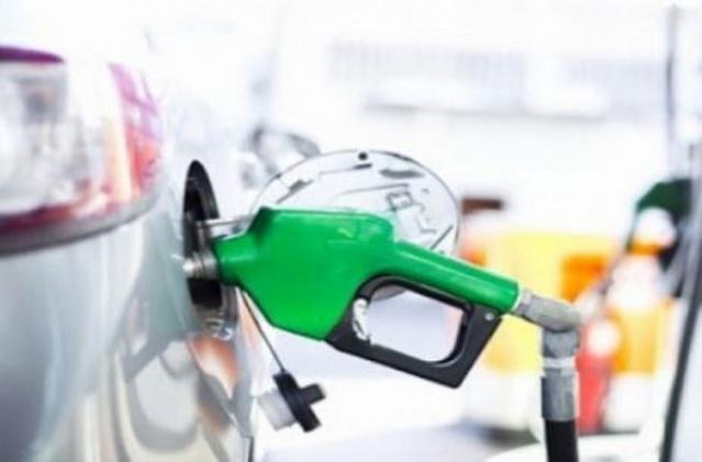 Petrol fiyatlarındaki gerilemenin ardından uluslararası piyasalarda benzinin tonunda yaşanan düşüş sonrası geçen hafta iç piyasadaki benzin fiyatlarına gelen 22 kuruşluk indirimin ardından bu gece yarısı itibari ile bu kez motorinin de içinde bulunduğu yeni bir indirim daha geliyor.