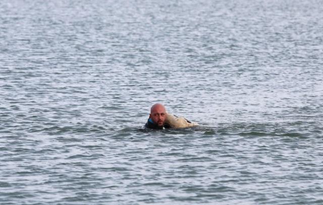 Van'da dalgıç polis Burak Ökten, gölde donmak üzere olan ve buzları kırarak ulaştığı köpek yavrusunu karaya çıkardı