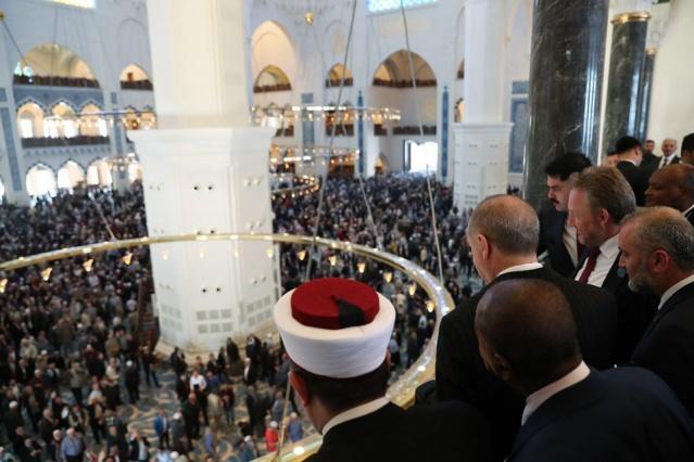 """Temeli 6 yıl önce atılan, 63 bin kişinin aynı anda ibadet edebileceği bir kompleks olarak tasarlanan Türkiye'nin en büyük camisi """"Büyük Çamlıca Camisi"""" Cumhurbaşkanı Recep Tayyip Erdoğan'ın katılımıyla açıldı.  Açılış töreni öncesinde Türkiye Cumhurbaşkanı Recep Tayyip Erdoğan'ın yanı sıra resmi davetliler ve vatandaşlar cuma namazı için camiye geldi.  Açılış nedeniyle camiye çıkan alanlarda yoğun güvenlik önlemleri alındı. Buraya gelen vatandaşlar, görevlilerin yönlendirmesi ve arama noktalarının ardından camiye girdi."""