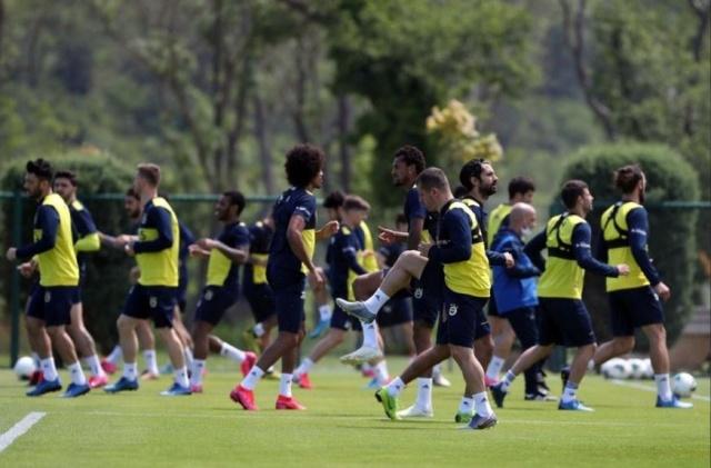 2020-2021 sezonu için hazırlıklarına devam eden Fenerbahçe, Topuk Yaylası Kampı'nı bitirmiş ve bu süreçte Fatih Karagümrük, İstanbulspor ve Aytemiz Alanyaspor ile hazırlık maçları yapmıştı.