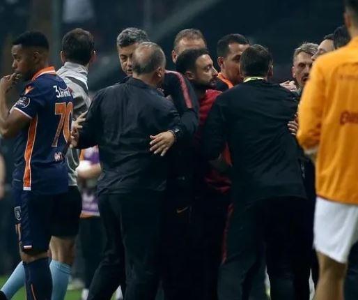 Geçtiğimiz hafta pazar günü oynanan olaylı Galatasaray - Başakşehir maçında saha kenarında yaşanan tartışmalarda kameralara yansımayan yeni görüntüler ortaya çıktı.  Süper Lig'de 2018-2019 sezonunun şampiyonunu belirleyen Galatasaray - Başakşehir maçındaki gerginlikler gündemdeki sıcaklığını hala koruyor.
