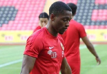 Peş peşe gelen sakatlıklarla büyük sıkıntı çeken Galatasaray'da ara dönem için sürpriz bir isim gündeme geldi.  1. Lig ekibi Eskişehirspor'un bu sezonki flaş oyuncusu Jesse Sekidika Aslan'ın listesine girmiş durumda.
