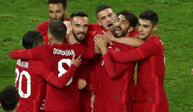 Galatasaray'da başarılı teknik adam Fatih Terim'in çok istediği oyuncular arasında yer alan başarılı futbolcu ile görüşmeler sürüyor.