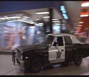 Bazı filmler sinema tarihine damgasını vurmuştur. Üzerinden seneler geçtiği hâlde unutulmaz. Bu filmlerin hafızalara kazınmasında otomobiller de başrol oyuncusu kadar etkili olmuştur. Filmin başarısına katkısı olduğu kadar otomobilin marka değerini de artırmıştır.  İşte o otomobiller ve kullanıldıkları filmler…  The Blues Brothers (1980) 1974 Model Dodge Monaco Bluesmobile