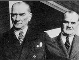 Mustafa Kemal Atatürk'ün yakın çalışma arkadaşı Kılıç Ali ve Hümeyra Hanım'ın oğlu olarak 1918 senesinin ilk gününde İstanbul'un Bakırköy ilçesinde dünyaya gelen Gündüz Kılıç, ailesiyle birlikte çocukluk yıllarında bir dönem Ankara'da yaşadıktan sonra, okul çağına geldiğinde ilk olarak Feyziye Mektepleri Vakfı'na yazıldı. Ertesi sene ise Galatasaray Lisesi İlk Mektebi'ne geçerek birinci sınıfa kaydoldu.