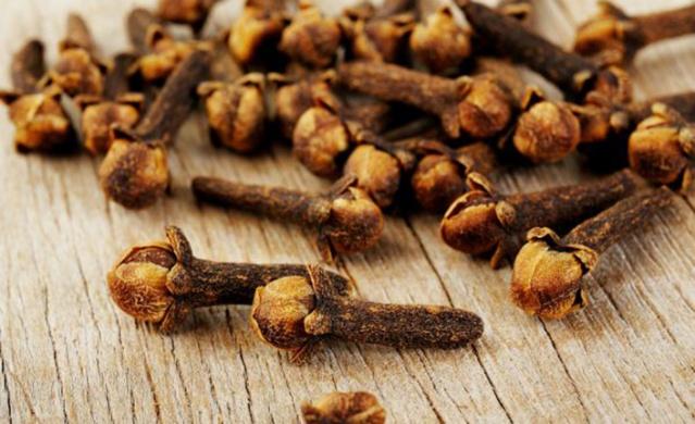 Çoğumuzun yemekler veya tatlılarda kullandığımız ve hoş bir aroma veren karanfil bedenimiz ve saçlarımız için de oldukça faydalı bir bitkidir.