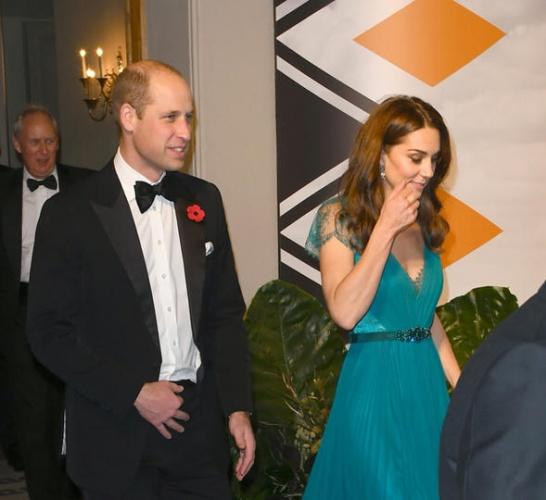 Cambridge Düşesi Kate Middleton, bir süredir kamuoyu karşısına daha seyrek çıkıyordu. Doğum izni de bittikten sonra resmi görevlerine yeniden başlayan 36 yaşındaki Middleton, önceki akşam da kocası Prens William ile birlikte Londra'da bir etkinliğe katıldı. Üç çocuk annesi Düşes, bu etkinlik için yaptığı kıyafet tercihiyle de çok konuşuldu.