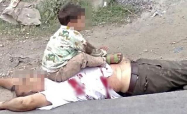 Cammu Keşmir'de 3 yaşındaki küçük çocuk, Hint polisi tarafından öldürülen dedesinin göğsüne oturdu.