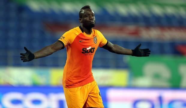 Galatasaray'da sıcak saatler yaşanıyor. İngiliz ekibi West Bromwich'in kiralamak istediği Senegalli forvet MbayeDiangeiçin sarı kırmızılılarla yapılan görüşmeler sonuncunda anlaşmaya varıldığı belirtildi.  İngiltere'nin önde gelen spor basınlarından Sky Sport'ta yer alan habere göre; Galatasaray ile West Bromwich, Diagne'nin kiralanması için el sıkıştı. İngiliz ekibinin sözleşmeye satın alma opsiyonu da eklediği belirtildi.