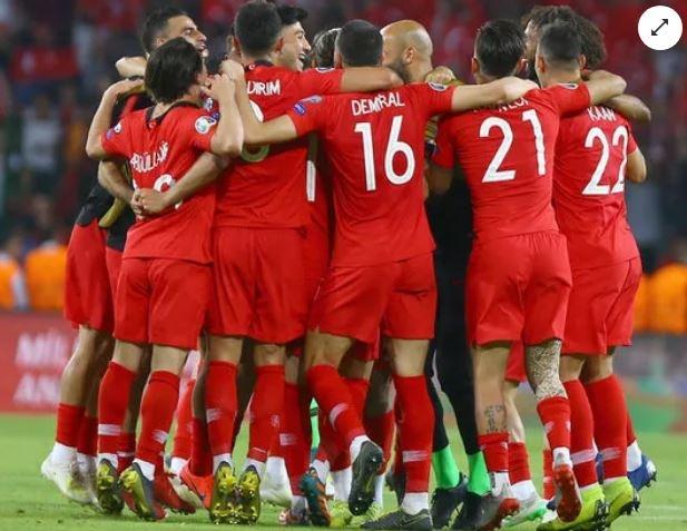 Fransa'yı da tarihi bir galibiyetle 2-0 ile devirerek 3'te 3 yapan A Milli Futbol Takımımız, EURO 2020 yolundaki dördüncü eleme maçında bu akşam İzlanda'ya konuk oluyor. Milli Takım'a Havaalanı'nda yapılan skandal davranışlar ise hala sıcaklığını koruyor.  İki takım da son çalışmalarını yaparken Teknik Direktör Şenol Güneş'te ilk 11'ini belirledi.  İşte İzlanda - Türkiye maçında Şenol Güneş'in muhtemel 11'i ve tüm detaylar...