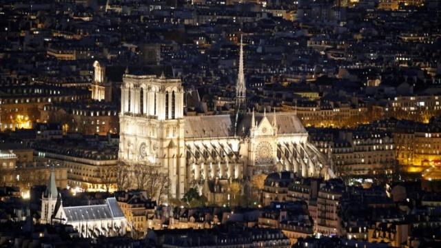 Notre Dame Kilisesi'nin inşaatı 1163 yılında başladı. 2013 yılında varlığının 850'inci yılı kutlanan kilise, Gotik mimarının başyapıtlarından biri sayılıyor. Notre Dame, dışarıdan bakıldığında uçan payandaları ve gül pencereleri, içeride ise kaburga tonozlar ve sivri kemerleriyle hafızalara kazınmış bir yapı.