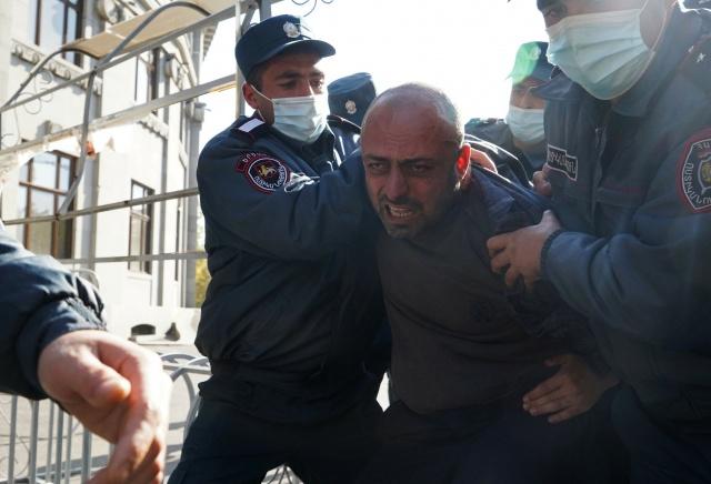 Ayrıca, eski Ermenistan Başbakanı Serj Sarkisyan'ın da Ulusal Güvenlik Servisine çağrıldığı ifade edildi.