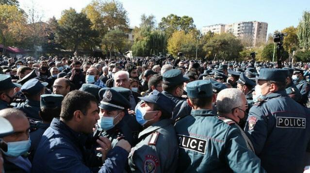 Protestocular, Ermenistan'ın başkenti Erivan'daki Özgürlük Meydanı'nda toplandı. Başbakan Nikol Paşinyan'ın Dağlık Karabağ'da Azerbaycan karşısında yenilgiyi kabul etmesine karşı çıkan protestocular, hükümetin istifa etmesini istedi.