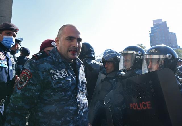 Dağlık Karabağ anlaşmasını protesto eden ve Ermenistan Başbakanı Nikol Paşinyan'ın istifasını isteyen halk bugün de sokaklara döküldü.