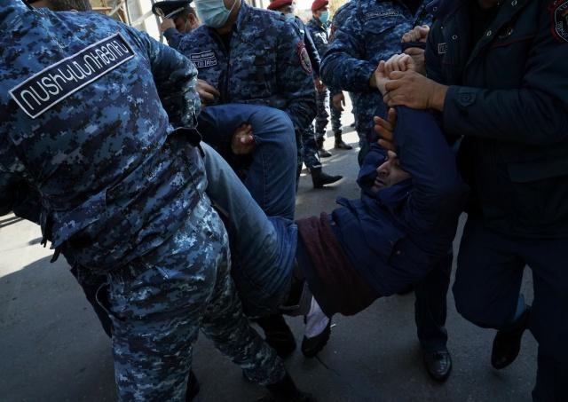 """Hükümete muhalif """"Daşnaktsutyun"""" Yüksek Konsey Temsilcisi İşhan Sagatelyan, gösterilerde yaptığı konuşmada, Ulusal Kurtuluş Komitesini oluşturduklarını duyurdu. Bunun Parlamentoda yer alan bazı siyasi partiler tarafından desteklendiği de belirtildi."""