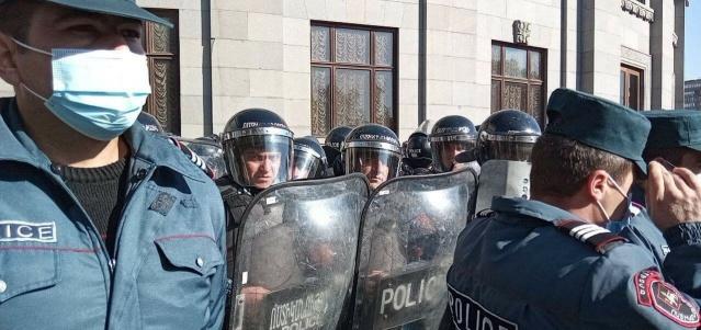 """KIZGINLIK BİTMİYOR Ermenistan'ın başkenti Erivan'da düzenlenen gösterilerde onlarca kişi gözaltına alındı. Bazı protestocuların polis tarafından gözaltına alındığı belirtildi. Gözaltına alınanlar arasında muhalif """"Müreffeh Ermenistan"""" Partisi Başkanı Gagik Tsarukyan ve diğer muhalif partilerin temsilcileri de bulunuyor."""