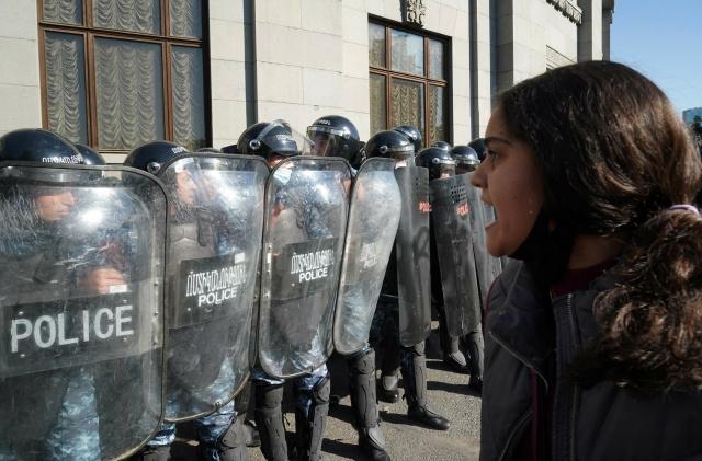 Erivan'da günün erken saatlerinde polis ve özel harekat birimleri şehir merkezinde konuşlandırıldı.