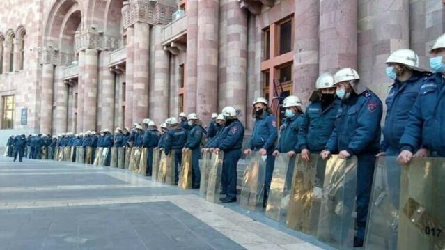 Ermenistan'da muhalifler partiler, Azerbaycan ile Ermenistan arasında Dağlık Karabağ'da çatışmaları sona erdiren anlaşmayı imzalaması nedeniyle hükümetin istifası için protesto başlattı.