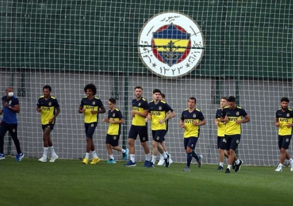 Cemil Usta Sezonu'na iyi bir başlangıç yapan fakat ligin ikinci yarısında formunu kaybeden Fenerbahçe, zirve yarışına havlu atmış ve gelecek sezon için transfer çalışmalarına başlamıştı.