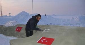 Hakkarili vatandaş 23 günde kardan savaş uçağı yaptı