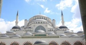 Vatandaşlar kandilde Cuma Namazı için Çamlıca Camii'ne akın etti