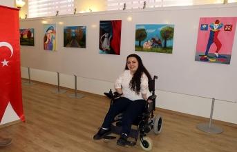 Ayaklarıyla çizdiği resimlerle 8. sergisini açtı