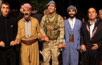 Çukurca'da halk, asker, polis halay çekti