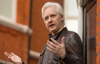 """Wikileaks kurucusunun """"misafirliği"""" bitti"""