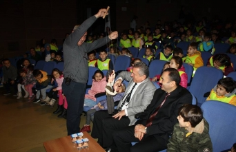 Çocuklar kukla gösterisinde eğlendi