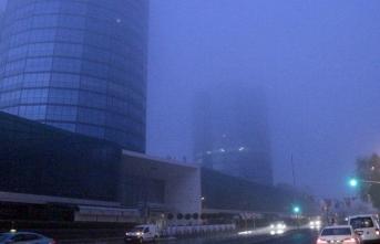 İstanbul'da gökdelenler siste kayboldu